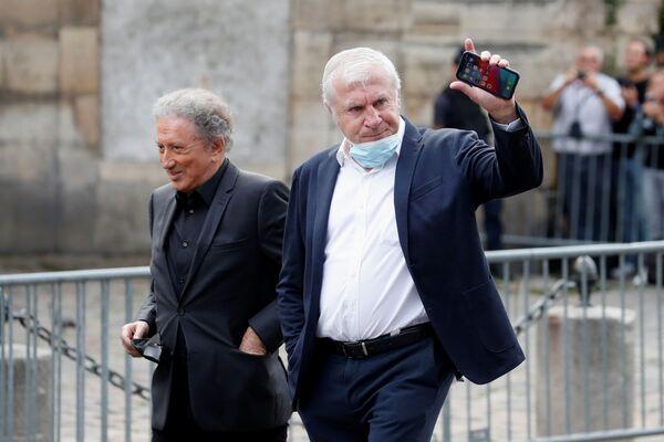 Michel Drucker, journaliste et présentateur de télévision, et Luis Fernandez, star du football français, sont venus dire adieu à Jean-Paul Belmondo à Saint-Germain-des-Prés. - Sputnik France