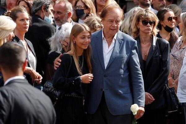 Stella Belmondo, fille du défunt, avec ses proches quitte l'église Saint-Germain-des-Prés après la messe de l'enterrement de son père. - Sputnik France
