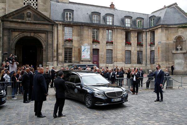 De son vivant, Jean-Paul Belmondo a reçu de nombreux prix. Il a été nominé pour le British Academy Film Award du meilleur acteur à deux reprises. En 1989, il a été récompensé aux Césars. En 2011, il a reçu la Palme d'honneur au festival de Cannes et en 2016, le Lion d'or à Venise pour l'ensemble de sa carrière.Sur la photo: corbillard avec le cercueil de Jean-Paul Belmondo partant de l'église Saint-Germain-des-Prés à Paris. - Sputnik France