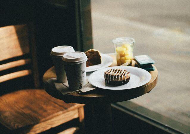 Dans un café, image d'illustration
