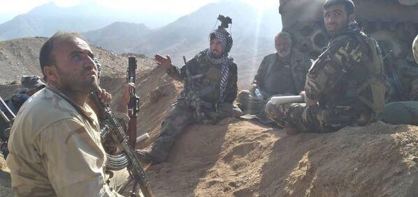 Selon Al Jazeera, quelques heures avant l'annonce faite par les nouveaux maîtres de Kaboul, dans la nuit de dimanche à lundi, le chef de la résistance Ahmad Massoud a déclaré sur Facebook qu'il était prêt à négocier avec les talibans* et à conclure un cessez-le-feu.  - Sputnik France
