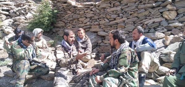 Dans le même temps, des représentants du Front national de résistance affirment que leurs dirigeants, notamment le vice-président afghan Amrullah Saleh et Ahmad Massoud (qui a dû quitter son domicile en raison des activités de l'armée de l'air pakistanaise), se cachent dans les zones difficiles d'accès de la vallée du Panchir. Ils évitent de faire des photos et des vidéos, afin de ne pas donner d'indices sur leur cachette.  - Sputnik France