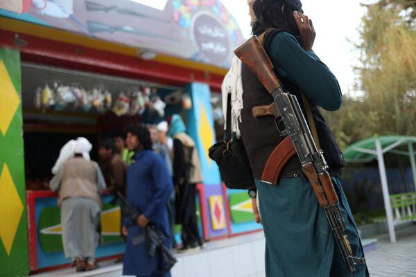 Des combattants talibans* ont visité un parc d'attractions à Kaboul. Il s'agirait de leur toute première visite, car, comme des enfants, ils se sont réjouis de choses au premier abord banales. Sur la photo: combattant taliban* dans un parc d'attractions à Kaboul. - Sputnik France