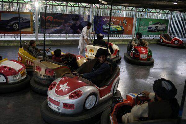 Les images de combattants talibans* dans un parc d'attractions ont instantanément fait le tour des réseaux sociaux: des hommes sévères avec de longues barbes vêtus de vêtements amples font du manège, conduisent des auto-tamponneuses et sautent sur un grand trampoline. - Sputnik France
