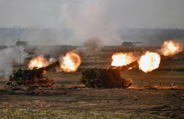 La cérémonie de clôture des exercices stratégiques conjoints Zapad 2021 des forces armées de la Fédération de Russie et de la Biélorussie s'est déroulée sur le terrain d'entraînement de Moulino, dans la région de Nijni Novgorod. Des militaires du district occidental des forces armées russes, ainsi que ceux de contingents militaires des forces armées biélorusses, ont participé à ces manœuvres.Sur la photo: automoteurs d'artillerie lors des exercices stratégiques conjoints Zapad 2021 sur le terrain d'entraînement de Moulino, dans la région de Nijni Novgorod.  - Sputnik France