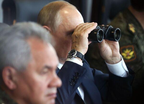 Le Président russe Vladimir Poutine et le ministre de la Défense Sergueï Choïgou sur le terrain d'entraînement Moulino, dans la région de Nijni Novgorod lors des exercices stratégiques conjoints Zapad 2021. - Sputnik France