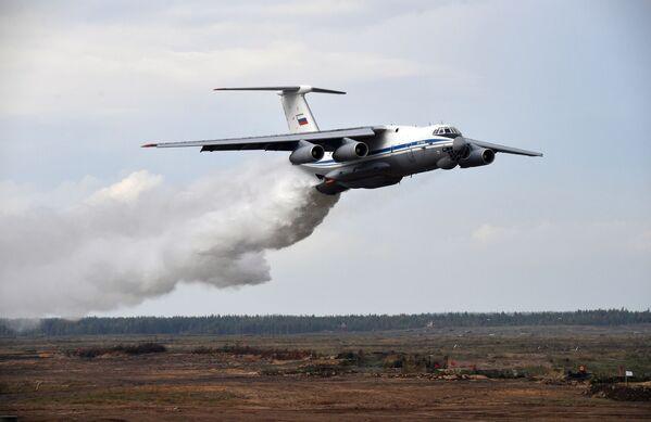 Au total, environ 200.000 personnes, plus de 80 avions et hélicoptères, jusqu'à 760 unités de matériel militaire, dont plus de 290 chars, plus de 240 canons, des systèmes de lance-roquettes multiples et des mortiers, ainsi que 15 navires ont participé aux manœuvres Zapad 2021.Sur la photo: avion Il-76TD lors des exercices Zapad 2021 sur le terrain d'entraînement de Moulino, dans la région de Nijni Novgorod.  - Sputnik France