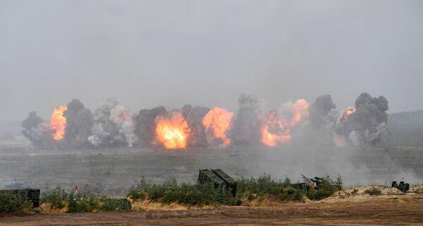 Dans les exercices récents, les carrousels de feu ont été activement utilisés. Ces tactiques sont connues depuis la Grande Guerre patriotique. Au cours de l'opération en Syrie, elles ont été développées et ont confirmé leur pertinence. Dans le cadre des exercices Zapad 2021, les carrousels de feu ont été activement utilisés par les forces terrestres et l'aviation. Sur la photo: exercices Zapad 2021 sur le terrain d'entraînement de Moulino, dans la région de Nijni Novgorod. - Sputnik France
