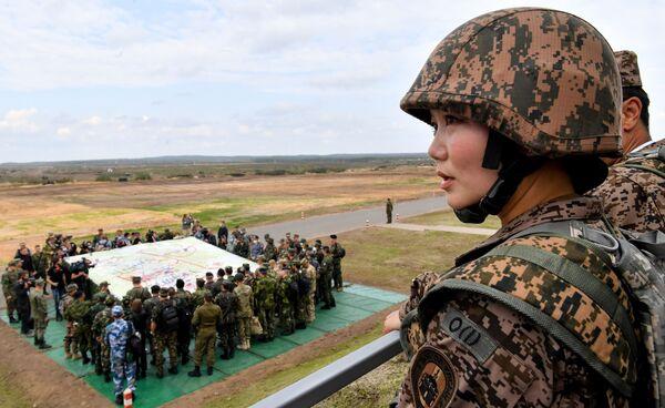 Environ 2.000 militaires d'Arménie, du Kazakhstan, du Kirghizistan, d'Inde et de Mongolie, ainsi qu'un représentant de la délégation militaire du Sri Lanka ont participé aux manœuvres qui ont été suivies par des représentants du corps diplomatique militaire de 18 pays, dont sept membres de l'Otan.Sur la photo: représentant de l'armée mongole sur le terrain d'entraînement de Moulino, dans la région de Nijni Novgorod, lors des exercices Zapad 2021. - Sputnik France
