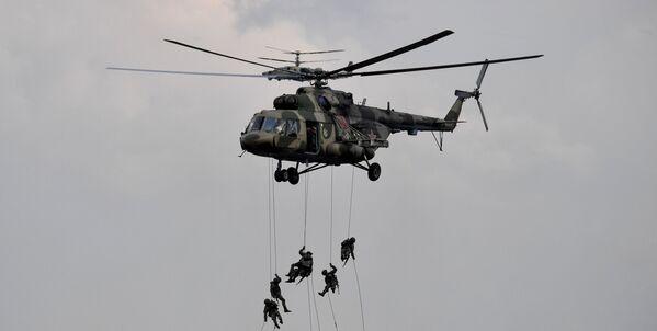 Dans le scénario des exercices Zapad 2021, un rôle important a été attribué aux troupes aéroportées russes et étrangères. Au début, les forces aéroportées ont réalisé plusieurs événements importants, au cours desquels elles ont confirmé leur grande efficacité au combat. Sur la photo: débarquement depuis un hélicoptère Mi-8 lors des exercices Zapad 2021 sur le terrain d'entraînement de Moulino, dans la région de Nijni Novgorod. - Sputnik France