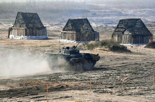 Auparavant, le Président biélorusse Alexandre Loukachenko avait déclaré que la Biélorussie prévoyait d'acheter des armes russes pour plus d'un milliard de dollars et qu'il négociait la fourniture de systèmes de défense antiaérienne et antimissile S-400. Sur la photo: véhicule de combat d'infanterie russe BMP-2 lors des exercices Zapad 2021 sur le terrain d'entraînement Obouz-Lesnovski près de Baranovichi, en Biélorussie. - Sputnik France