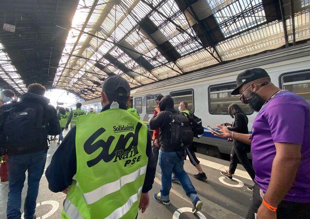 Action des cheminots de Sud Rail à la Gare de Lyon, alors qu'Emmanuel Macron y est présent pour les 40 ans du TGV, le 17 septembre 2021
