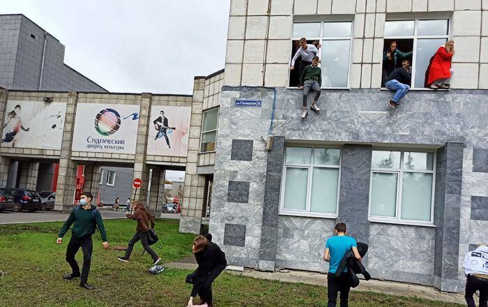 Des étudiants sautant par les fenêtres de l'Université d'État de Perm touchée par une fusillade le 20 septembre