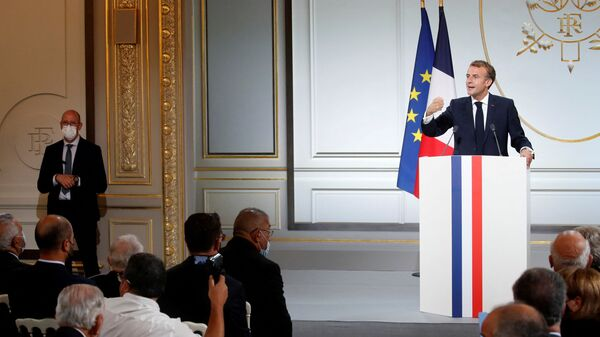 French president Emmanuel Macron delivers a speech during a ceremony in memory of the Harkis, Algerians who helped the French Army in the Algerian War of Independence, at the Elysee Palace in Paris, on September 20, 2021. (Photo by GONZALO FUENTES / POOL / AFP) - Sputnik France
