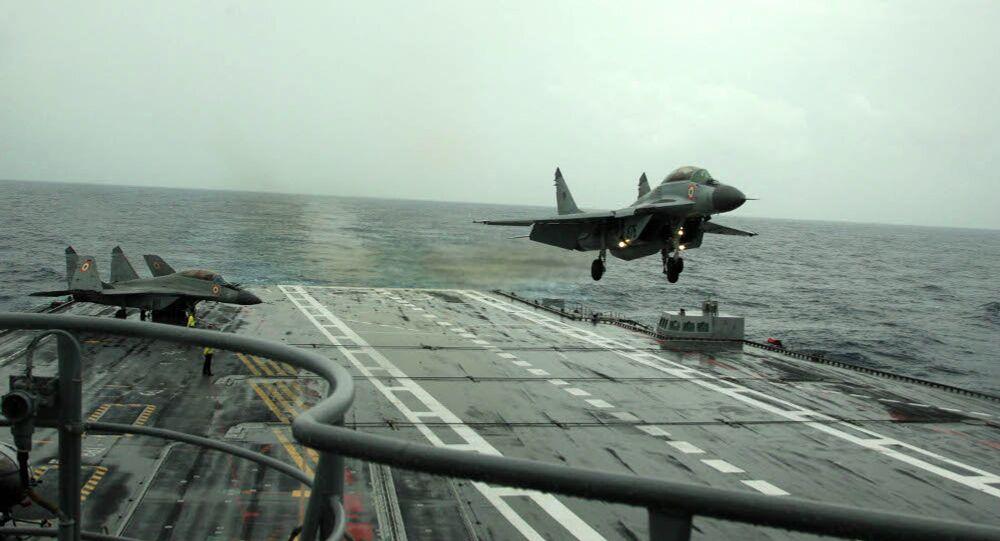 Un MiG-29K appontant sur le porte-avions indien Vikramaditya