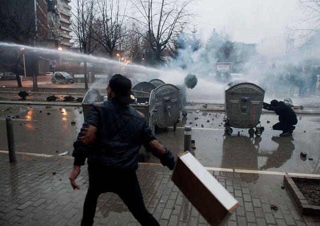 La police disperse des manifestants avec des canons à eau à Pristina (Kosovo).