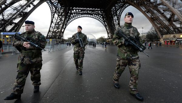 French soldiers patrol in front of the Eiffel Tower on January 8, 2015 in Paris - Sputnik France