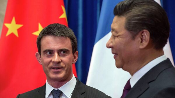French Prime Minister Manuel Valls (L) meets Chinese President Xi Jinping at the Great Hall of the People in Beijing January 30, 2015. - Sputnik France