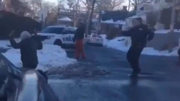 Un policier newyorkais pointe son arme sur deux adolescents - Sputnik France