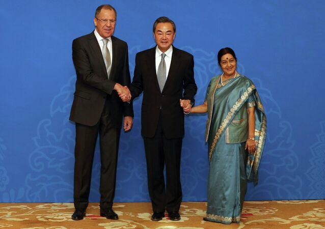Sergueï Lavrov (à gauche), Wang Yi (au centre) et Sushma Swaraj