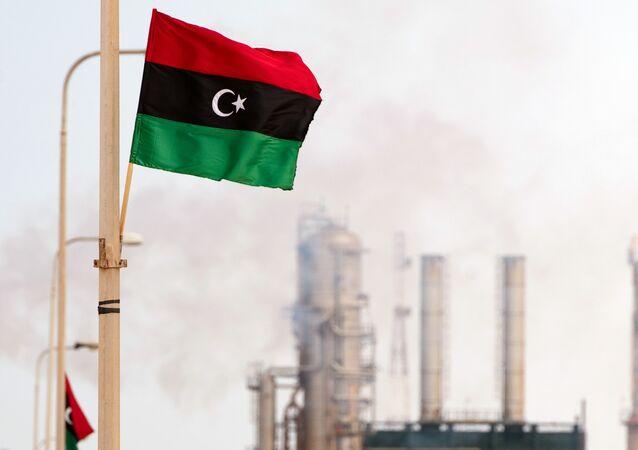 Le drapeau libyen flotte devant une raffinerie de pétrole