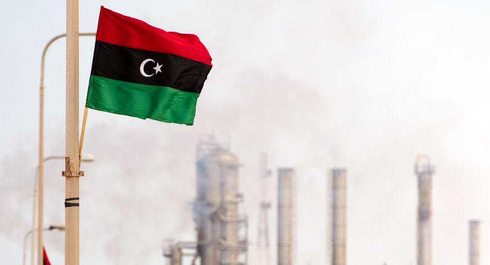 Le drapeau libyen flottant sur la raffinerie de Zawiya (Archives)