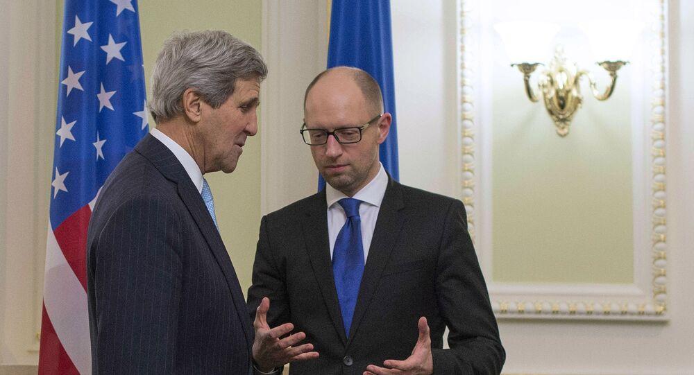 John Kerry (à gauche) et  Arseni Iatseniouk
