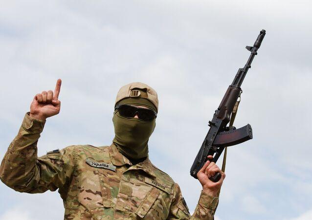 Un membre du bataillon pro-Kiev Aïdar