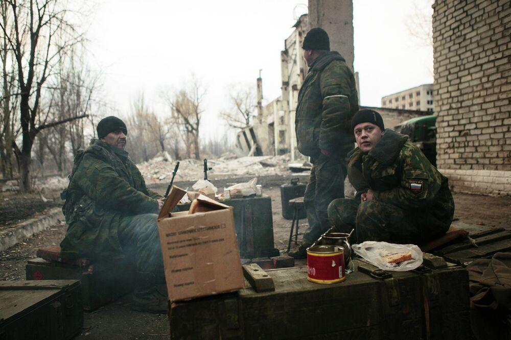 Un poste de contrôle des insurgés installé dans la banlieue d'Ouglegorsk