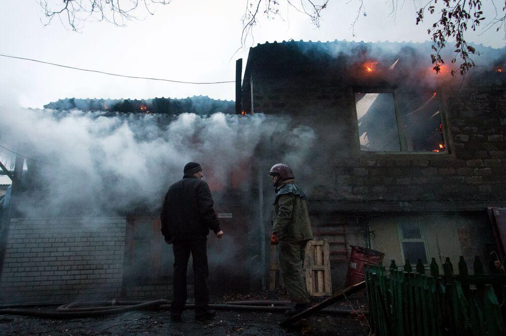 Le 7 février 2015, Donetsk, pilonnée par l'artillerie ukrainienne