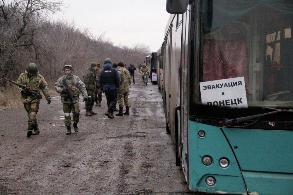 Un convoi de bus de la république populaire autoproclamée de Donetsk arrive à Debaltsevo pour évacuer ses habitants