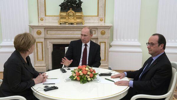 Президент России Владимир Путин (в центре), федеральный канцлер Германии Ангела Меркель и президент Франции Франсуа Олланд во время встречи в Кремле - Sputnik France