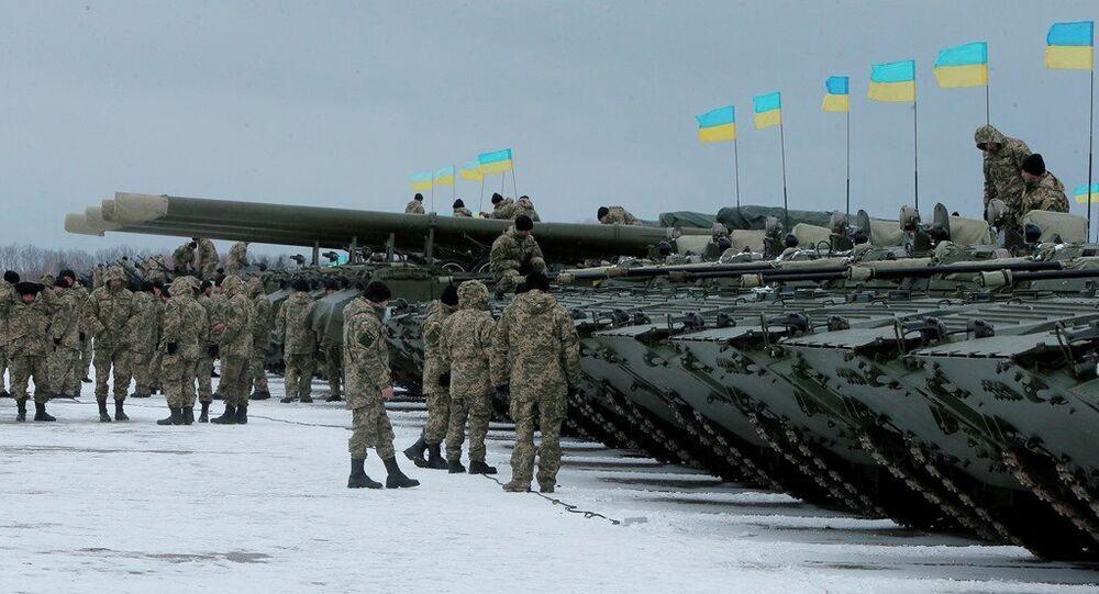 Les militaires ukrainiens près des véhicules blindés, près de Zhitomir, l'Ukraine, janvier. 5, 2015