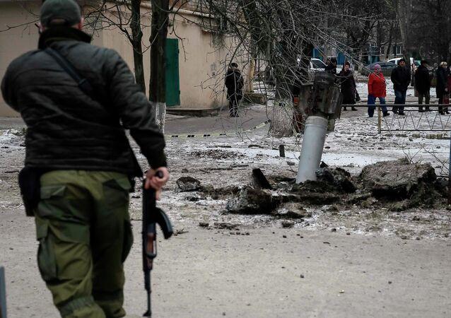 Un militaire ukrainien garde la rue, Kramatorsk, 10 février 2015