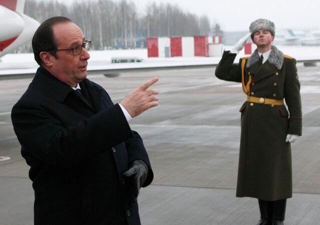 Le président français François Hollande arrive à Minsk