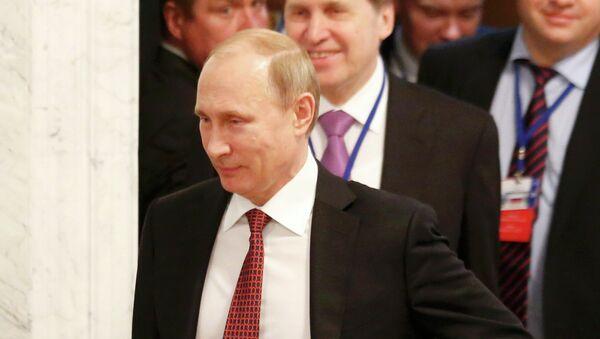 Russia's President Vladimir Putin (front) walks as he attends a peace summit to resolve the Ukrainian crisis in Minsk, February 12, 2015 - Sputnik France