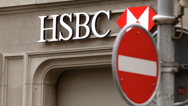 A traffic sign is seen in front of a branch office of HSBC bank at the Paradeplatz in Zurich February 9, 2015 - Sputnik France