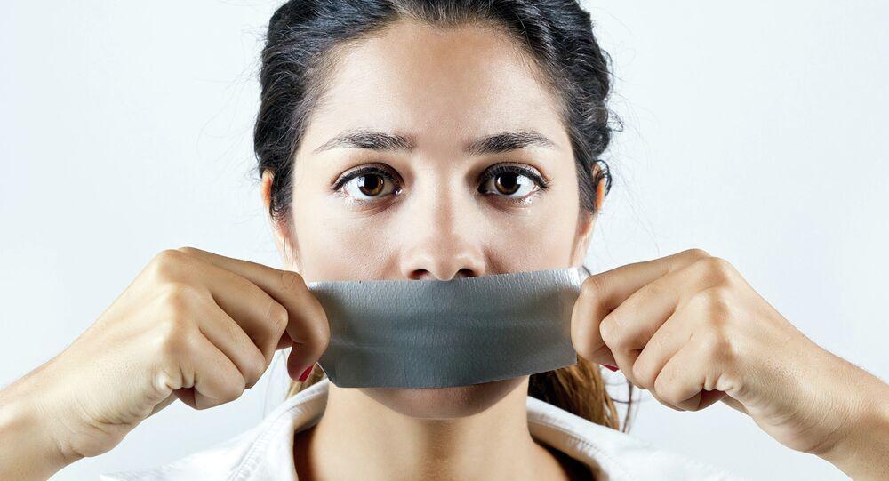 Женщина с заклеенным скотчем ртом