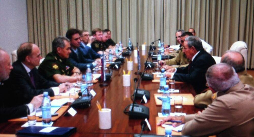 Le ministre russe de la Défense Sergueï Choïgou et le président cubain Raul Castro