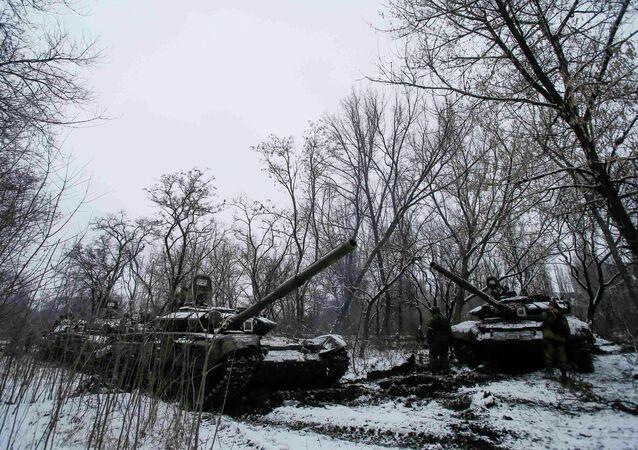 Insurgés près d'un char dans une banlieue de la ville de Gorlovka