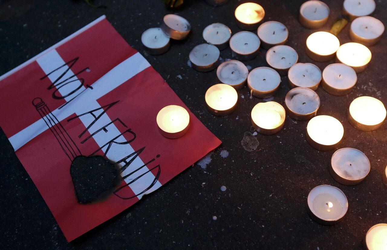 Un drapeau danois et des bougies en mémoire des victimes des attaques de Copenhague