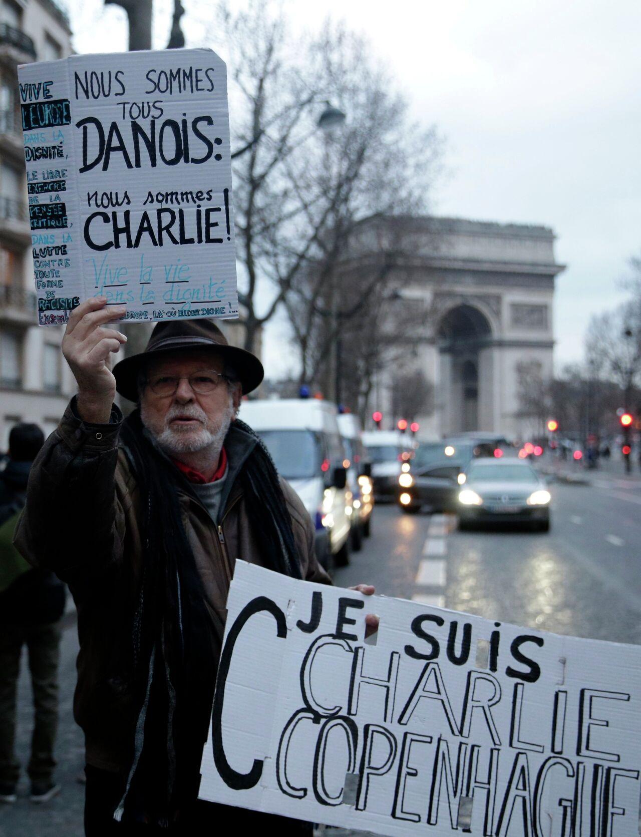 Un homme participe à une manifestation en hommage aux victimes des attaques de Copenhague devant l'ambassade du Danemark à Paris