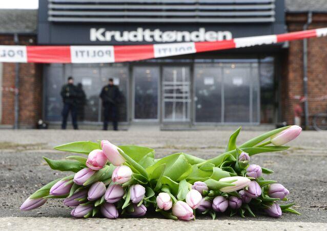 Un bouquet de tulipes déposé devant le centre culturel de Krudttønden dans le quartier d'Oesterbro de Copenhague