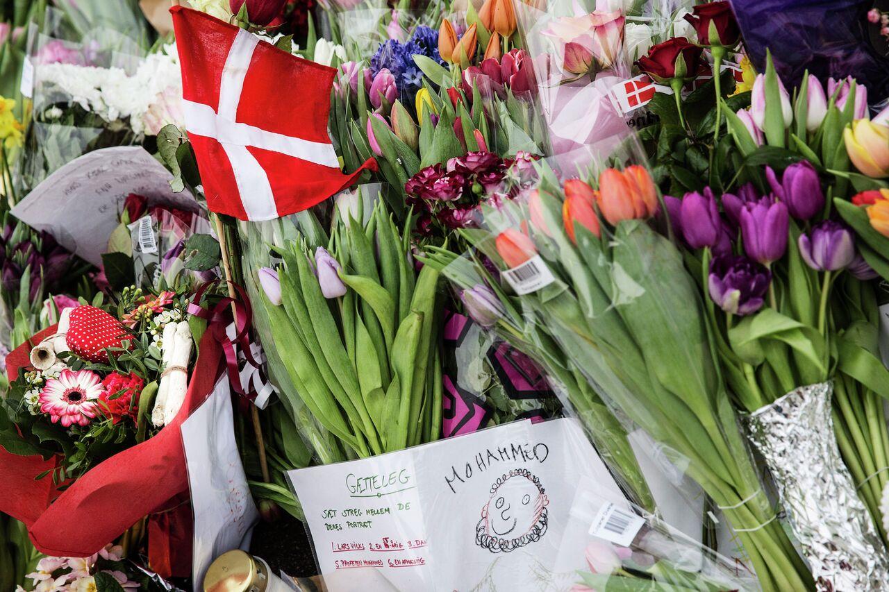 Des fleurs déposées devant le centre culturel de Krudttønden à Copenhague
