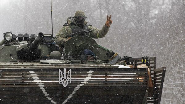 An Ukrainian soldier strikes a V-Victory sign driving on his vehicle on the road between the towns of Debaltseve and Artemivsk, Ukraine, Monday, Feb. 16, 2015. - Sputnik France