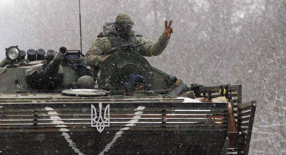 Un militaire ukrainien sur un char près de Debaltsevo