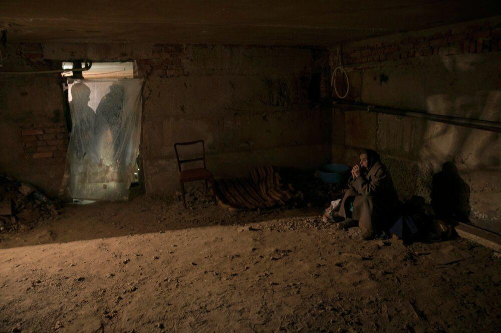 Une femme dans un abri du village d'Ienakievo, le 14 février