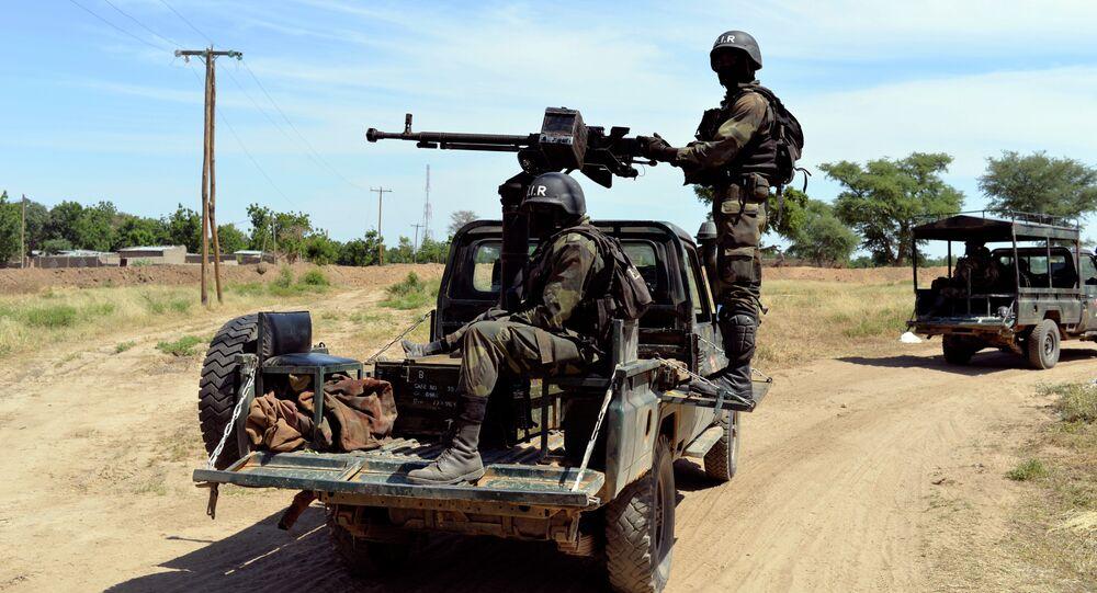 Les soldats camerounais patrouillent, Amchide, Cameroun du Nord, 1 km du Nigeria. Archive photo