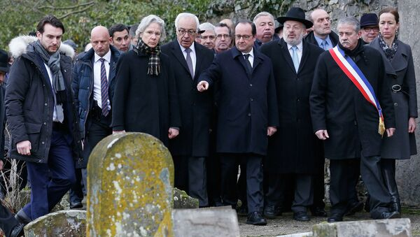 French President Francois Hollande (C), Israeli ambassador to France Yossi Gal (4thL), Strasbourg and Bas-Rhin Grand Rabbi Rene Gutman (3rdR) and Sarre-Union Mayor Marc Sene (2ndR) walk past desecrated tombstones during a visit at the Sarre-Union Jewish cemetery, eastern France, February 17, 2015. - Sputnik France