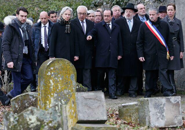Francois Hollande (C), l'ambassadeur d'Israël en la France Yossi Gal (4thL), Strasbourg et Bas-Rhin Grand Rabbi Rene Gutman (3rdR), Sarre-Union, February 17, 2015